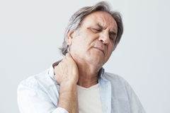 Uomo anziano con dolore al collo immagini stock libere da diritti