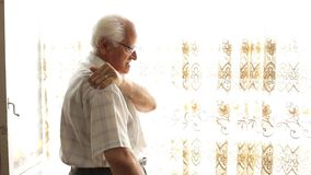 Uomo anziano con dolore alla schiena archivi video
