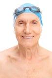 Uomo anziano con gli occhiali di protezione di nuotata di un cappuccio e di nuoto Immagini Stock