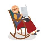 Uomo anziano con il gatto e papernews nella sua sedia di oscillazione Immagine Stock Libera da Diritti