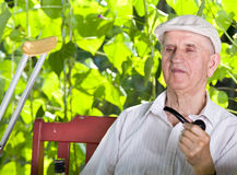 Uomo anziano con il tubo di fumo Fotografia Stock Libera da Diritti
