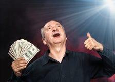 Uomo anziano con le banconote in dollari Fotografia Stock Libera da Diritti