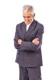 Uomo anziano con lo sguardo piegato armi giù perso nel pensiero profondo fotografie stock