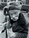 uomo anziano con una bottiglia di vodka Fotografia Stock Libera da Diritti