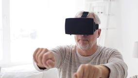 Uomo anziano in cuffia avricolare di realtà virtuale o 3d vetri 1 stock footage