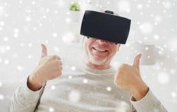 Uomo anziano in cuffia avricolare o vetri di realtà virtuale Fotografie Stock