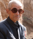 Uomo anziano da portare della Cina di vetro scuri Fotografia Stock