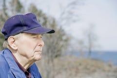 Uomo anziano dal lago Fotografie Stock Libere da Diritti