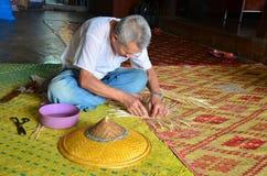 Uomo anziano dello Shan che lavora un fatto a mano del cappello fatto di bambù Fotografie Stock Libere da Diritti