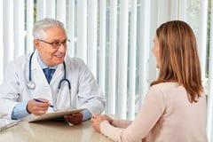 Uomo anziano di medico con la donna paziente Immagine Stock Libera da Diritti