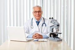 Uomo anziano di medico in ospedale Immagini Stock