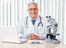 Uomo anziano di medico in ospedale Fotografia Stock Libera da Diritti