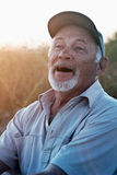 Uomo anziano di risata con una barba Immagini Stock
