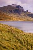Uomo anziano di Storr sopra il Loch fotografia stock libera da diritti