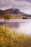 Uomo anziano di Storr sopra il Loch immagini stock libere da diritti