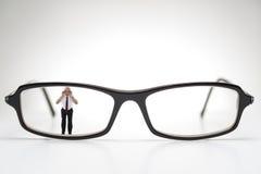 Uomo anziano diminutivo che scruta attraverso gli occhiali Fotografie Stock