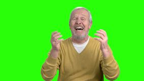 Uomo anziano disperato che gesturing con le mani archivi video
