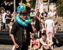 Uomo anziano divertente con i giocattoli gonfiabili della spiaggia Fotografie Stock