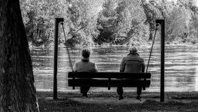 Uomo anziano e donna anziana che si siedono sulle oscillazioni, Narva, ESTONIA, settembre 2017 fotografia stock libera da diritti