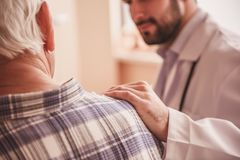 Uomo anziano e medico immagine stock libera da diritti