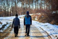 Uomo anziano e nipote che camminano nella campagna Immagine Stock