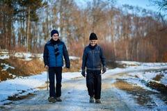 Uomo anziano e nipote che camminano nella campagna Fotografie Stock