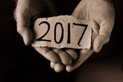 Uomo anziano e numero 2017, come l'anno di spaccare Immagini Stock Libere da Diritti