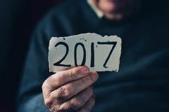 Uomo anziano e numero 2017, come l'anno di spaccare Fotografie Stock Libere da Diritti
