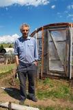 Uomo anziano e serra. Immagine Stock Libera da Diritti