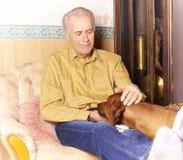 Uomo anziano felice con il suo cane immagini stock libere da diritti