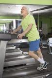 Uomo anziano in ginnastica Fotografia Stock Libera da Diritti