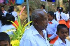 Uomo anziano & giovane ragazzo che guardano lo stesso modo immagini stock