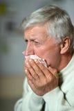 Uomo anziano malato su grey Fotografie Stock