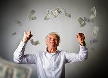 Uomo anziano nel bianco e nelle banconote di caduta del dollaro Fotografia Stock Libera da Diritti