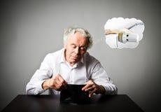 Uomo anziano nel bianco e nel periodo di riscaldamento radiatore fotografie stock