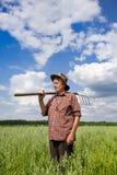 Uomo anziano nel campo dell'avena Immagini Stock Libere da Diritti