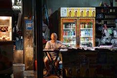 Uomo anziano nel deposito del giornale Fotografia Stock