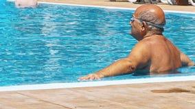 Uomo anziano nella piscina video d archivio