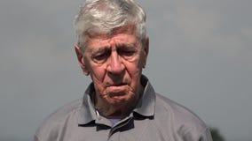 Uomo anziano o anziano perso e sconcertante immagini stock libere da diritti