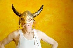 Uomo anziano pazzesco in un casco del Vichingo Fotografie Stock Libere da Diritti