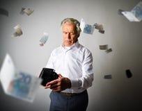 Uomo anziano in portafoglio bianco e vuoto Euro e tasse di caduta Immagini Stock Libere da Diritti