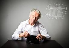 Uomo anziano in portafoglio bianco e vuoto Uomo anziano nel bianco e nel periodo di riscaldamento Rradiator immagini stock
