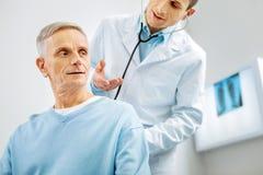 Uomo anziano positivo che ha un controllo medico fotografia stock