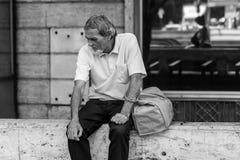 Uomo anziano povero che ritiene triste Fotografia Stock Libera da Diritti