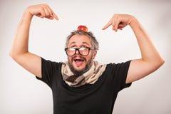 Uomo anziano scontroso sembrante pazzo con il nerd grigio della barba grandi vetri Immagini Stock