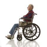 Uomo anziano in sedia a rotelle. Fotografia Stock