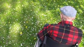 Uomo anziano in sedia a rotelle video d archivio