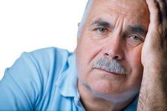 Uomo anziano solo con la mano sul suo fronte Fotografia Stock Libera da Diritti