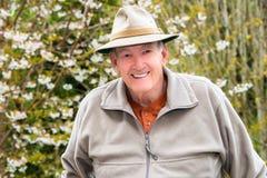 Uomo anziano sorridente fuori Immagini Stock Libere da Diritti