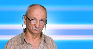 Uomo anziano su un fondo astratto blu Fotografia Stock Libera da Diritti